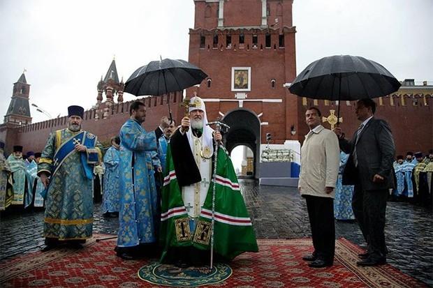 Патриарх Кирилл и Дмитрий Медведев на церемонии открытия надвратной иконы на Спасской башне Кремля, 2010 год.