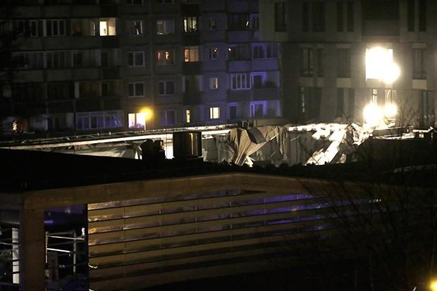 В первые часы работы спасателей произошло ещё одно обрушение – упала одна из стен здания. По словам очевидцев, помещение торгового центра «сложилось, как карточный домик».