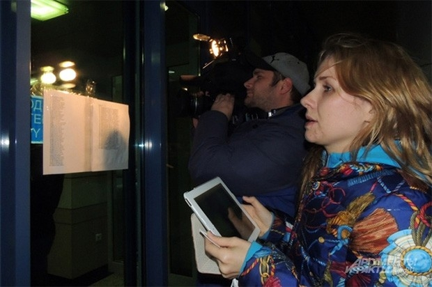 Список погибших был вывешен уже в 21:30 на входе в терминал аэропорта. Прибывшие туда родственники погибших провели в зале ожидания всю ночь.