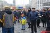 Протестующие на Майдане смотрят на приближающиеся колонны. На центральной площади уже появились ярмарочные палатки и основа для новогодней елки