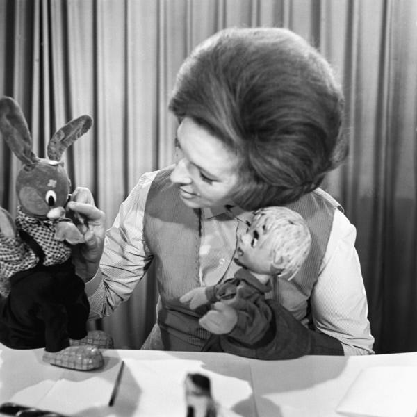 В конце 60-х авторы передачи экспериментировали с составом ведущих, в результате чего в программе в качестве ведущих побывало сразу несколько персонажей. Одним из самых запоминающихся среди них в 1969-1971 годах был Ерошка, правда, затем он был вытеснен и
