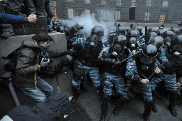 Протестующие попытались прорвать кордоны оцепления
