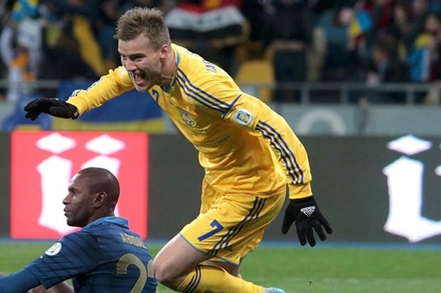 Сборная Украины заняла в своей отборочной группе второе место, уступив лишь англичанам, и вынуждены были сыграть с командой Франции в стыковых поединках. Первый матч Украина выиграла со счётом 2:0, но французам удалось отыграться в ответной игре и отобрат
