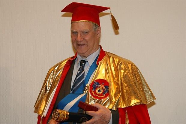 Известный учёный Сергей Капица, доктор физико-математических наук, широкой публике известен как бессменный ведущий научно-популярной программы «Очевидное – невероятное». Эта передача выходила в эфир на протяжении почти 40 лет – с 1973 по 2012 годы.