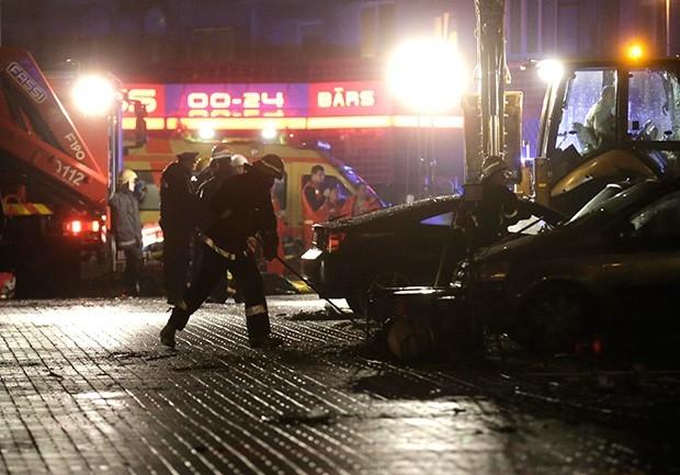 К пяти утра по московскому времени спасатели извлекли из обломков 36 пострадавших, погибших к этому моменту было уже шестеро, включая двух спасателей.