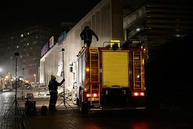 В девять утра по московскому времени спасатели приняли решение заглушить всю технику, чтобы услышать людей, находящихся под завалами. С целью обнаружения пострадавших спасатели начали дозваниваться им по мобильным телефонам.