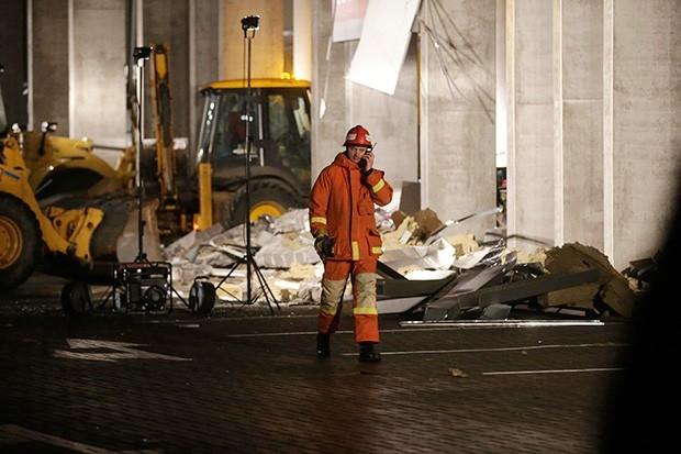 Министр внутренних дел республики Рихардс Козловскис сообщил, что причиной обрушения крыши и стен супермаркета могло стать нарушение строительных нормативов, заведено уголовное дело.
