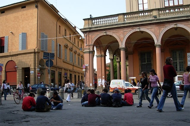 Старейшим постоянно действующим вузом Европы является Болонский университет. Он был основан в 1088 году. Среди выпускников Болонского университета – Николай Коперник и Франческо Петрарка. На протяжении долгого времени авторитет этого вуза был столь высок,