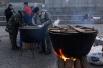 Также здесь организована полевая кухня. Митингующие готовят пищу в больших котлах прямо на площади из продуктов, которые приносят сами или централизованно.