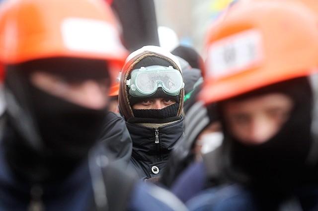 Первые митинги на площади Майдан в Киеве носили достаточно мирный характер, тем не менее, с первых же дней протестов вокруг были сосредоточены силы правоохранительных органов.