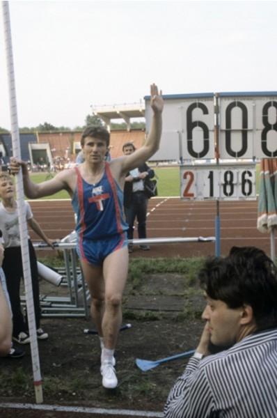 Летом 1985 года Бубка установил новый рекорд – уже пятый в своей карьере. Советский спортсмен стал первым, кому удалось преодолеть высоту в шесть метров.