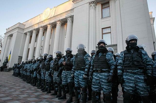 К новым акциям готовится и местная милиция. Отряды «Беркута» плотным кольцом окружили здание Верховной рады Украины, не пуская к зданию митингующих.