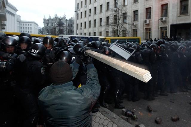 Митингующие пошли в контратаку и начали отбиваться подручными средствами.