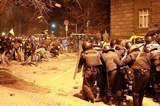Демонстранты забрасывали подразделения милиции камнями и файерами, а также отбивались арматурой.