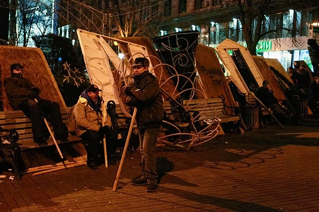 На самой площади Майдан протестующие из подручных средств соорудили баррикады.