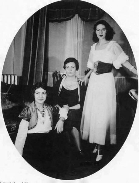 Мария Каллас (при рождении – София Сеселия Карлос) родилась в семье греческих эмигрантов в Нью-Йорке. В детстве мать водила её в Нью-Йоркскую публичную библиотеку, где Мария приобрела вкус к классической музыке и уже с пяти лет брала уроки фортепиано.
