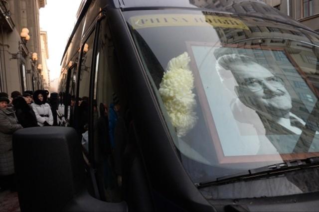 У здания театра также собрались поклонники Юрия Яковлева, которые в свою очередь хотели проститься с актёром.
