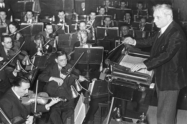 Дебютировав в 18 лет на сцене Афинской оперы, Каллас с семьёй снова переехали в Нью-Йорк. Здесь певицу ждало несколько разочарований, но в 1947 году под управлением Туллио Серафина она выступила в «Арене ди Верона» в опере «Джоконда».