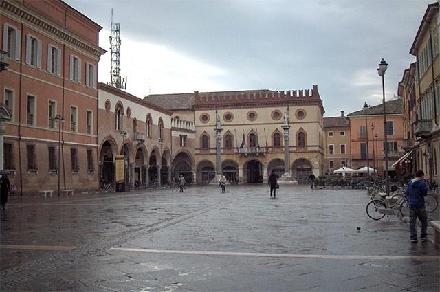 Главным конкурентом Болонского университета издавна считается университет в Равенне. Он был основан в 1110-1130 годах и в отличие от своих предшественников отличался враждебностью по отношению к папскому престолу.