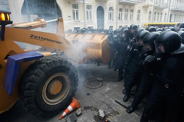 В какой-то момент активистам от оппозиции удалось захватить трактор, с помощью которого ни принялись штурмовать милицейские кордоны.