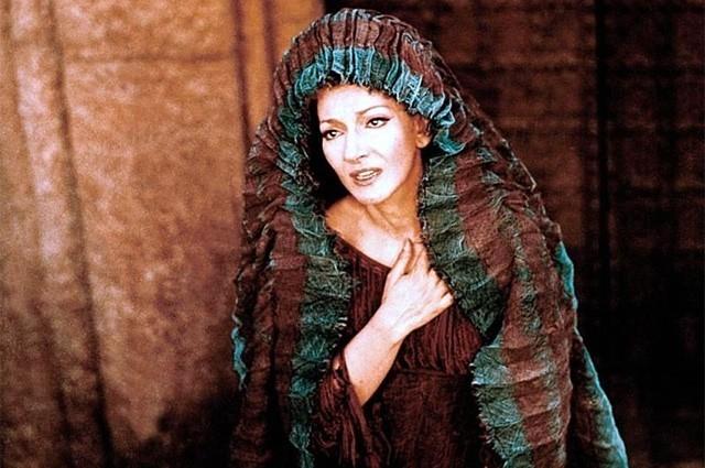 В 1964 году Каллас предпринимает попытку вернуться на большую сцену, но она оборачивается неудачей. Пятью годами позже известный итальянский режиссёр Пьер Паоло Пазолини пригласил Марию сняться в роли Медеи в одноимённом фильме.
