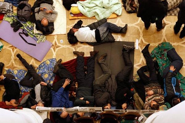 Многие протестующие, занявшие мэрию, остаются ночевать прямо на полу здания городской администрации.