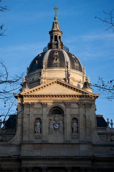 Парижский университет, центром которого является Сорбонна, был основан в середине XII века. Университет изначально был международным, а потому быстро заслужил репутацию во всей Европе. Среди выпускников Сорбонны – Фома Аквинский, Альберт Великий, Роджер Б