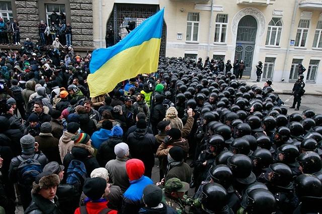 Однако первая же атака подразделения «Беркут» с использованием слезоточивого газа выступила катализатором народного недовольства.