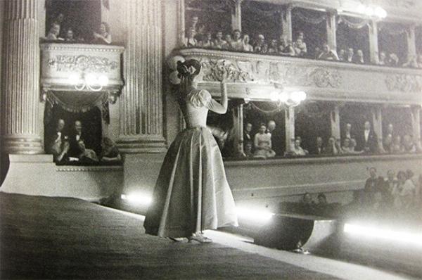 В 1953 году компания EMI выпускает полные записи опер с участием Марии Каллас. Годом позже она появилась на сцене в обновлённом образе, похудев на 30 килограммов. Публика и критики в Европе и Америке восторженно приняли её выступления в операх.
