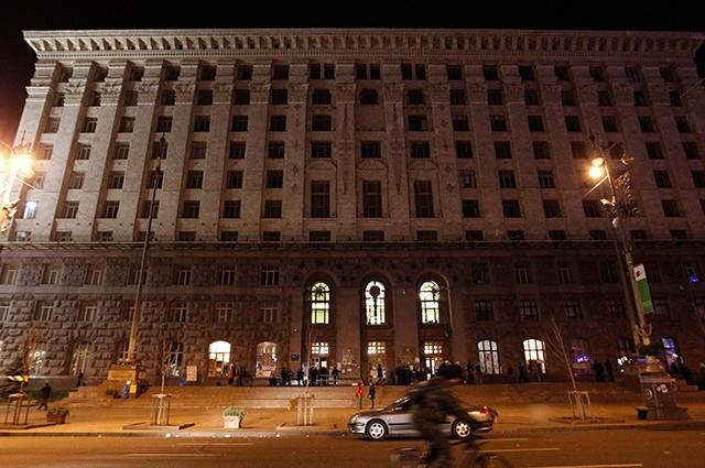 Обстановка вокруг здания администрации Киева довольно спокойная, хотя внутри остаётся большое количество сторонников евроинтеграции.