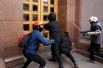 Представителям ультранационалистических сил удалось ворваться в здание киевской администрации, после чего они заявили о том, что ситуация внутри здания под контролем и внутри царит порядок.