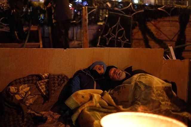 Помимо этого оппозиционеры воздвигли на площади баррикады. Люди спят по сменам, чтобы поддерживать занятую территорию под постоянным наблюдением.