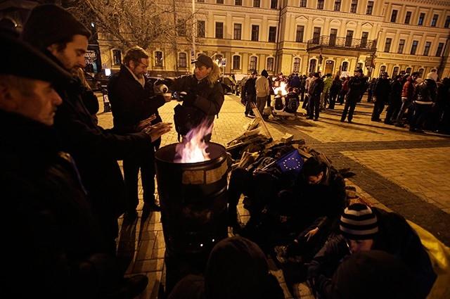 По ночам температура воздуха в Киеве опускается ниже 0 градусов по Цельсию, и для обогрева протестующие используют костры.