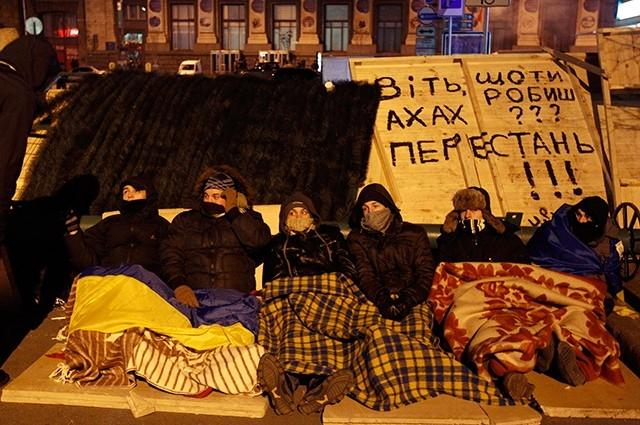 Тем не менее, многие предпочитают оставаться на площади и ночуют практически на земле.