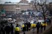 На момент утра 6 декабря обстановка в Киеве остаётся спокойной, однако в ключевых местах – на Майдане Незалежности, в здании киевской администрации и у Верховной Рады – остаются большие скопления людей. Остаются наготове и правоохранительные органы, котор