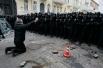 В первые дни митингующие и милиционеры не вступали в стычки, а правоохранительные органы сохраняли контроль над ситуацией.