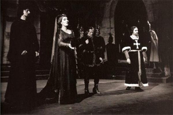 Серафин ввёл Каллас в мир большой оперы. С этого момента она спела партии в «Аиде» Верди и «Норме» Беллини, в начале 1949 года исполнила партии Брунгильды в «Валькирии» Вагнера и Эльвиры в «Пуританах» Беллини. Мария Каллас приобретала всё авторитет.