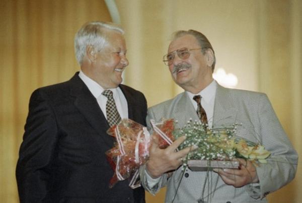Спрезидентом РФБорисом Ельциным навручении Государственных премий вобласти литературы иискусства, 1995год.