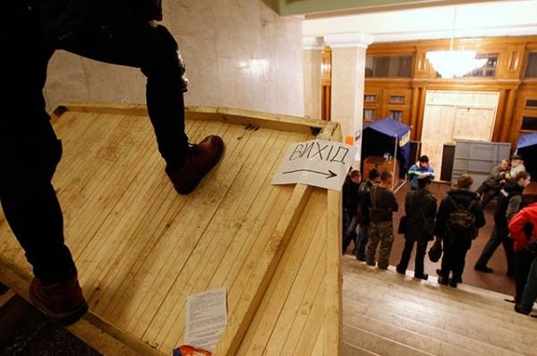 Для поддержания порядка внутри мэрии оппозиционеры собственными силами поставили охрану, следящую за тем, чтобы никто из проникших в здание не нарушал текущий распорядок.