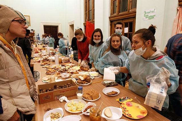 Внутри здания также организованы пункты питания, бюро находок и пункты оказания медицинской помощи.