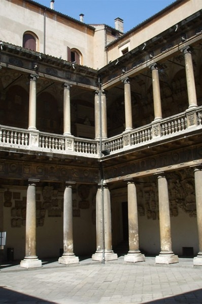 В 1222 году был открыт Падуанский университет, сегодня включающий в себя 13 факультетов. Он был основан бывшими студентами Болонского университета, ушедшими оттуда из-за конфликта с начальством.