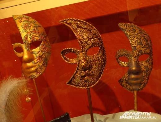 Каждый посетитель может не только примерить маску, но и сфотографироваться в ней.