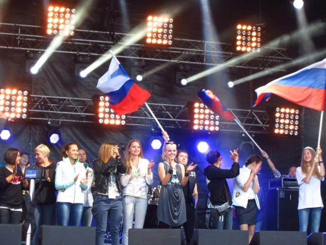 Исполнение гимна болельщиков Олимпиады в Сочи. В центре - солистка украинской группы Gorchitza.
