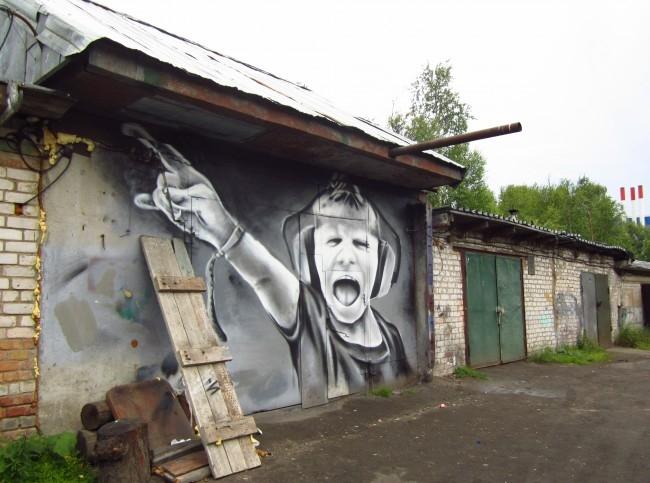 Совершенно неожиданный арт можно встретить среди гаражей в Катунино. Браво его создателям.