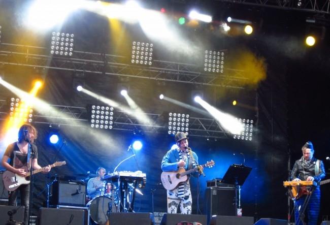 Музыканты исполнили несколько песен со своей новой пластинки, которую записали во время кругосветного путешествия на паруснике «Седов».