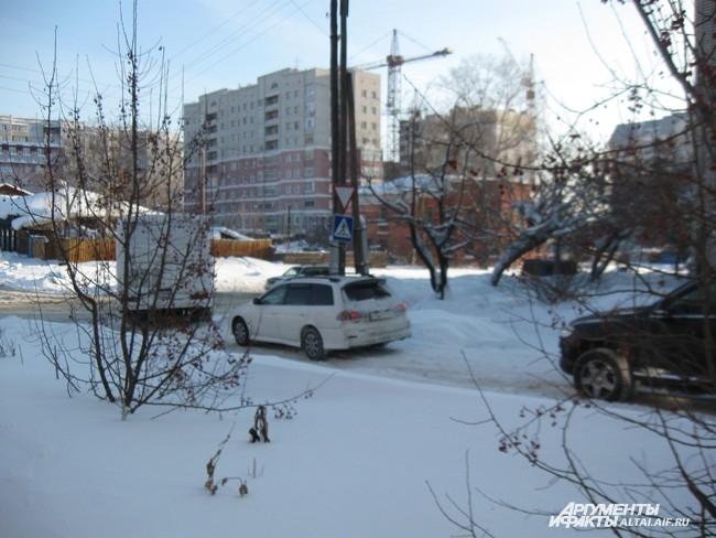 Кортеж их катафалка, автобуса и нескольких легковых автомобилей двинулся в сторону Михайловского кладбища