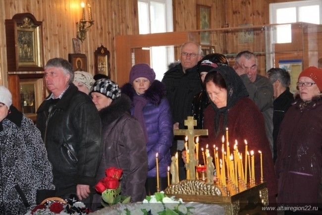 Церковь, в которой поставили гроб, была открыта всю ночь с 4 на 5 апреля