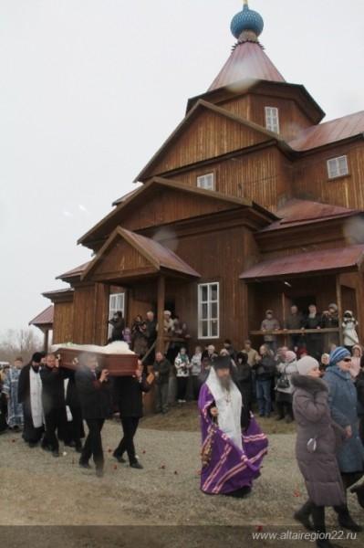 Когда тело вынесли из церкви, пошел снег с дождем