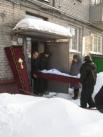 Гроб выносят из подъезда