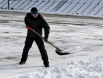 """Каток на стадионе """"Строитель"""" очищают от снега"""